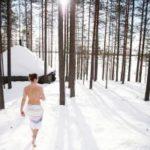 sauna et bain en hiver au bord lac gele laponie finlande neige et glace 2021 2022
